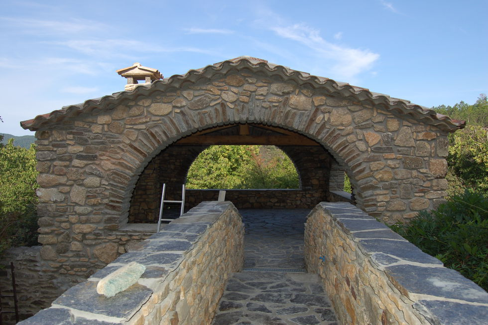 Mas Cévennes Rénovation - Terrasse couverte en pierre avec passerelle