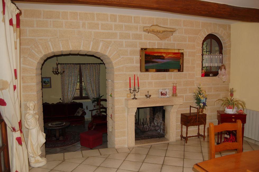 Mas Cévennes Rénovation - Mur, cintre et cheminée en pierre du pont du gard